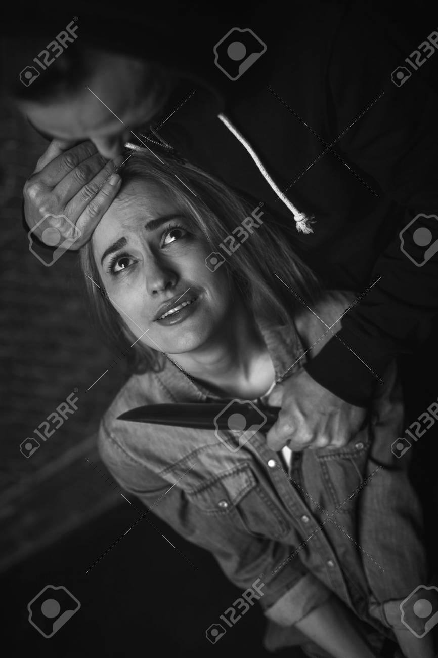 Fille Qui Pleure désespéré fille qui pleure pendant la torture banque d'images et