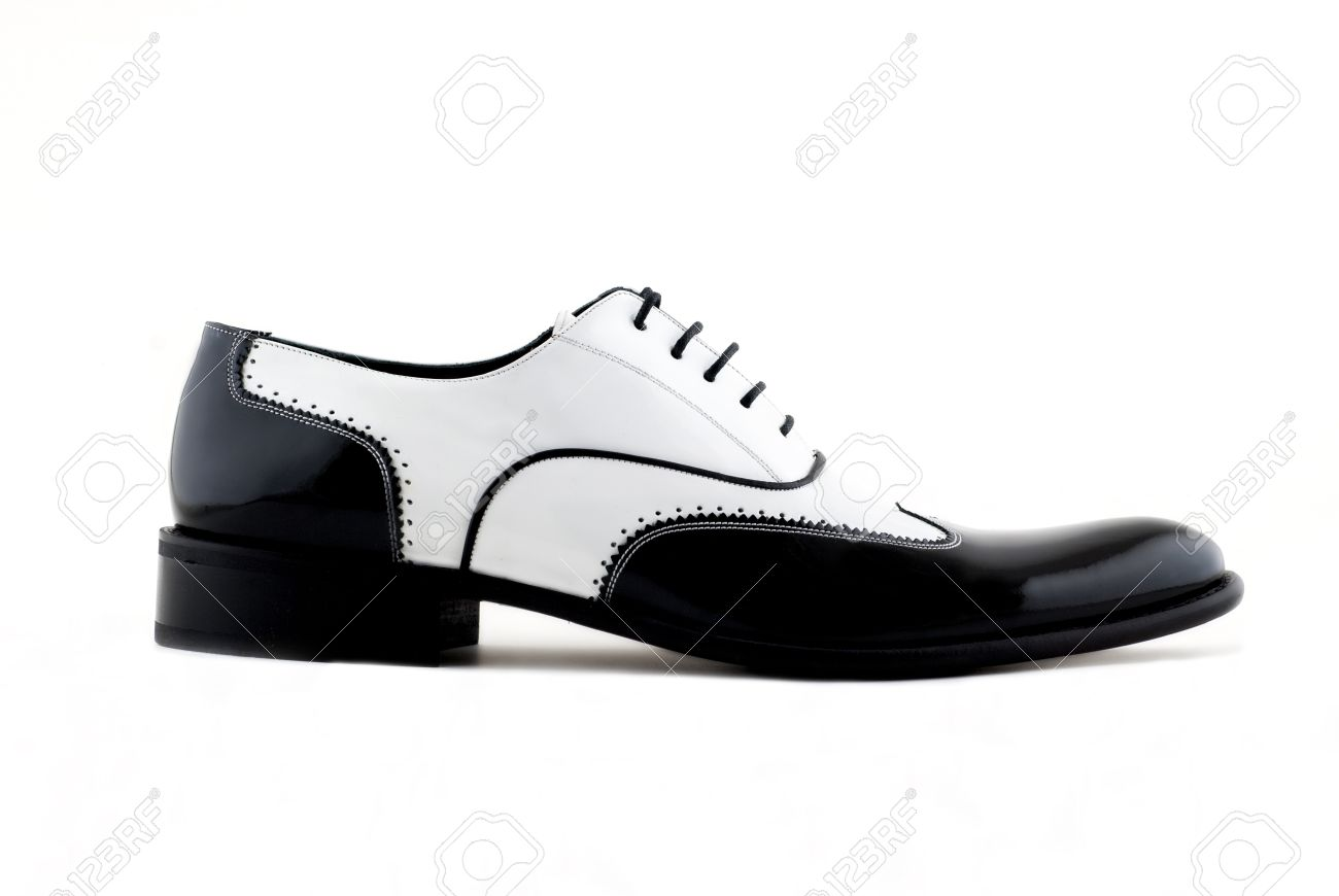 a0a1f71be3888 Blanco y negro zapatos gángster sobre un fondo blanco Foto de archivo -  12866461