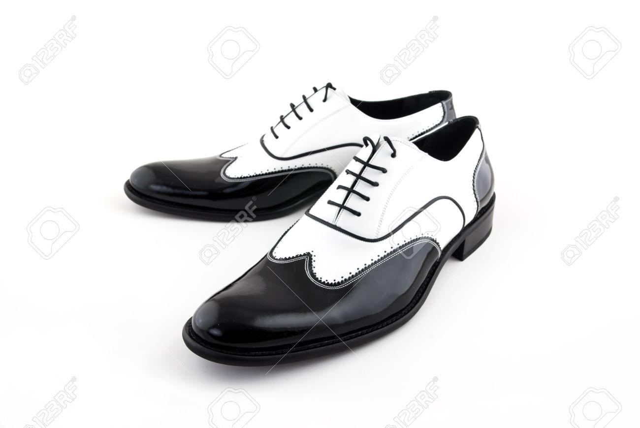 ffe8c49e9a91a Blanco y negro zapatos gángster sobre un fondo blanco Foto de archivo -  13220825