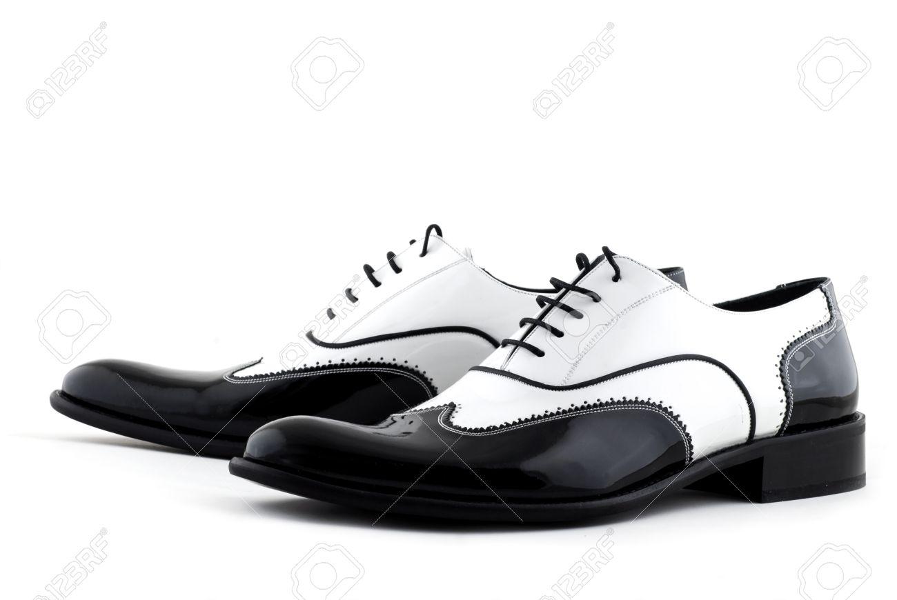 54a32681544fb Blanco y negro zapatos gángster sobre un fondo blanco Foto de archivo -  13220827