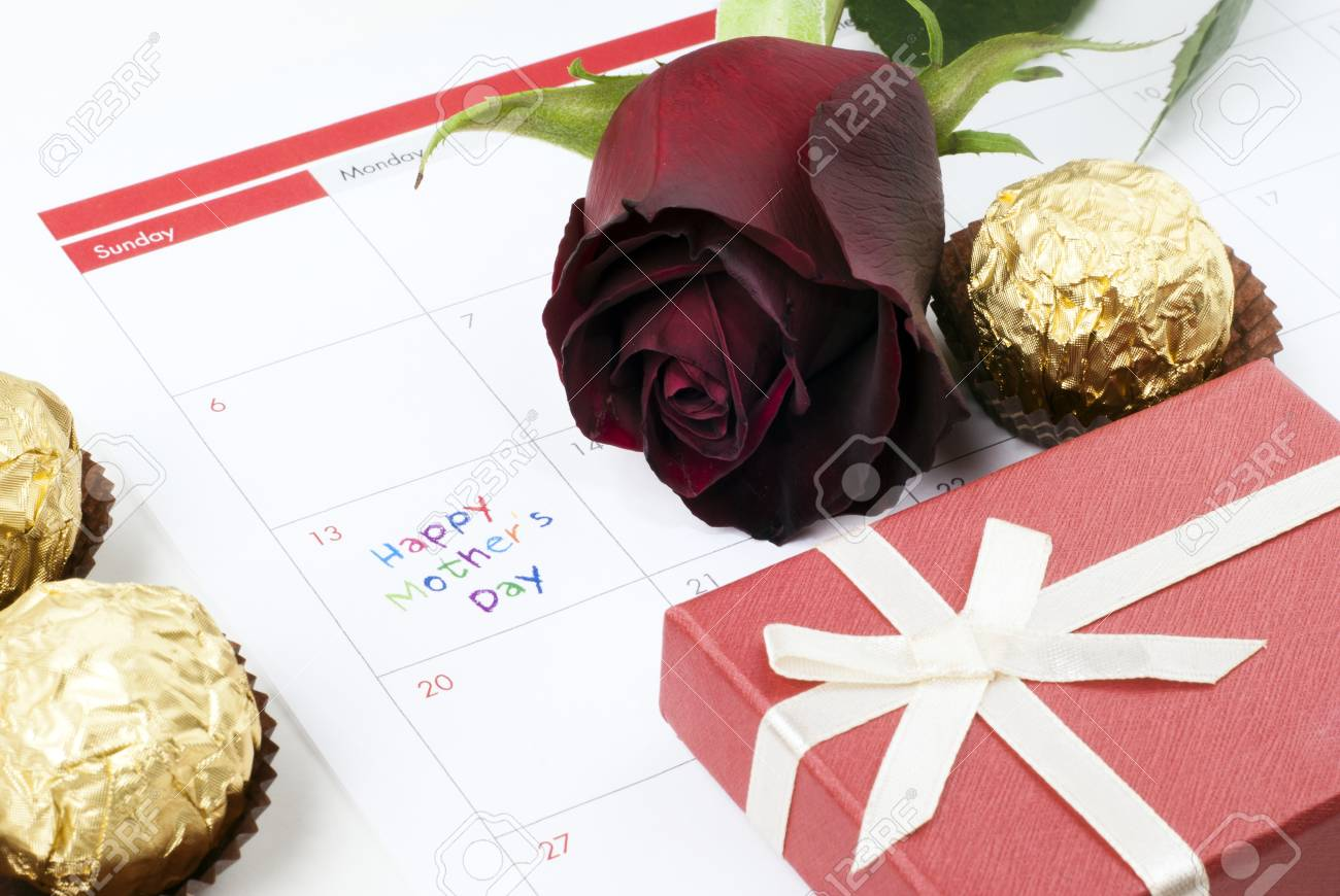 Red rose, gift box and calendar showing mothers day Stock Photo - 13255540