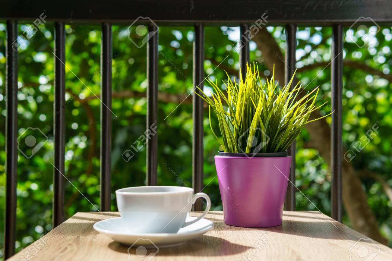 Caffè Espresso In Tazza Bianca Sul Tavolo In Legno Con Piccolo Mock Up Pianta A Terrazza O Balcone Di Hotel Con Vista Sul Giardino Caffè Relax