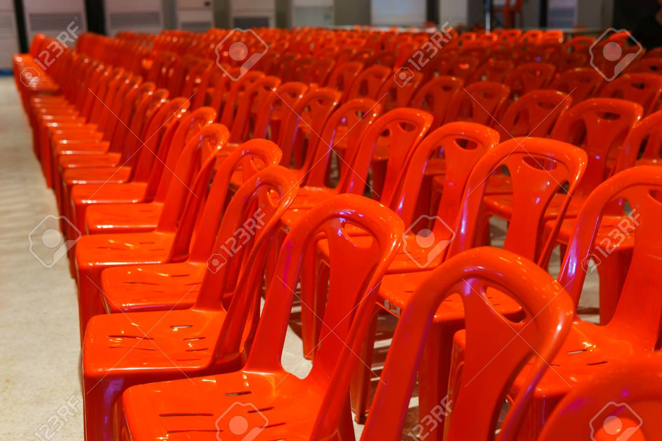 Stock Sedie In Plastica.Immagini Stock Una Fila Di Sedie In Plastica Rossa Ben