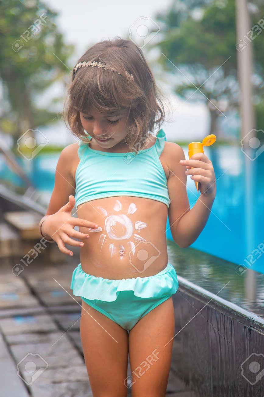 Child on the beach with sunscreen on his back. Selective focus. - 165769090