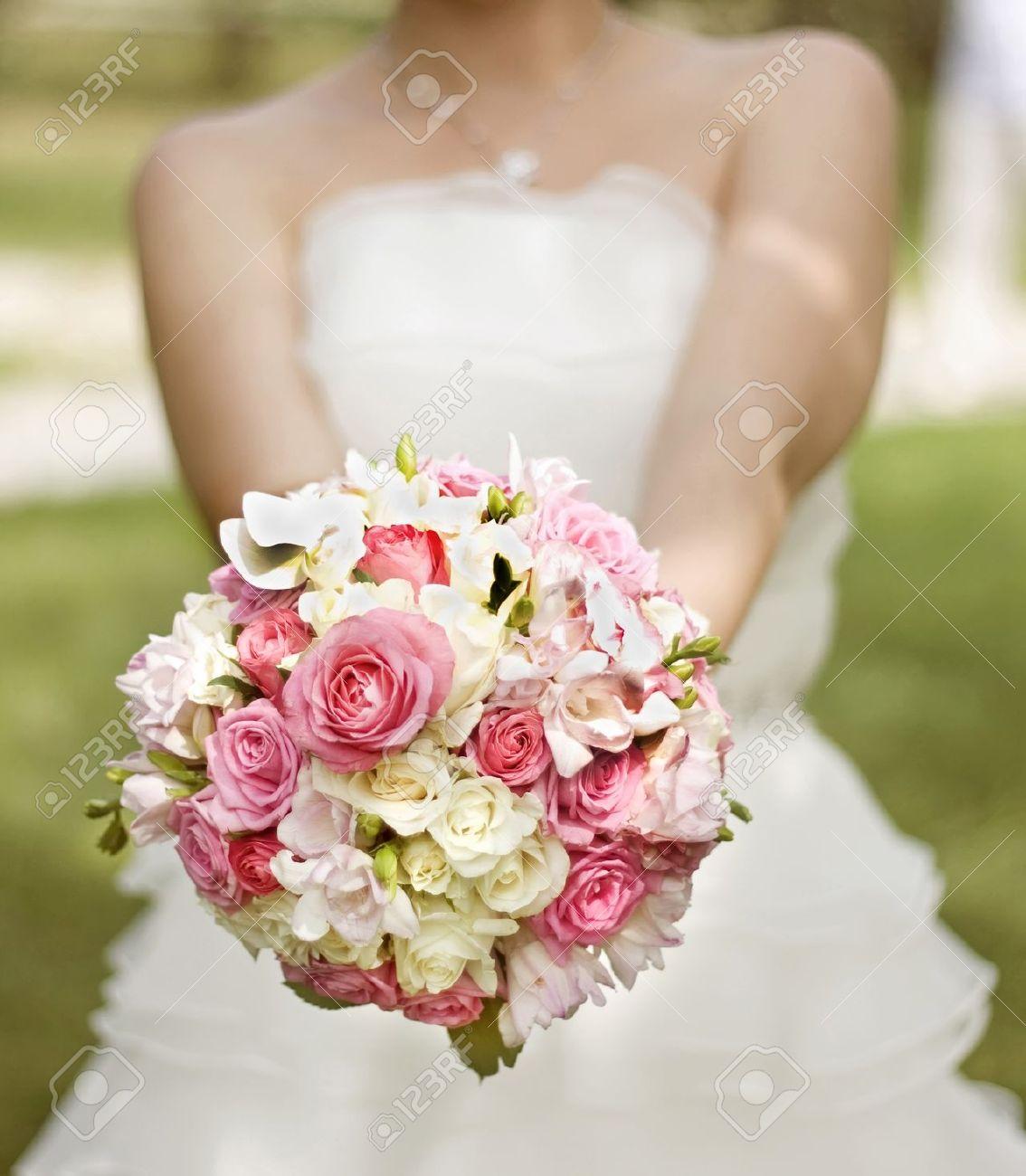 Braut In Einem Weissen Kleid Mit Einem Hochzeitsstrauss Weiss Und Rosa