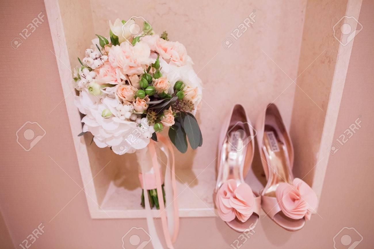Rosa Und Weisse Hochzeitsstrauss Und Hochzeitsschuhe Lizenzfreie Fotos