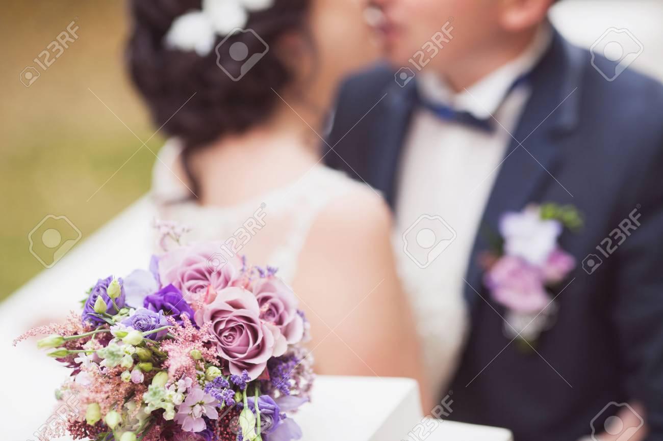 Blau Und Weisse Hochzeitsstrauss In Handen Der Braut Lizenzfreie Fotos