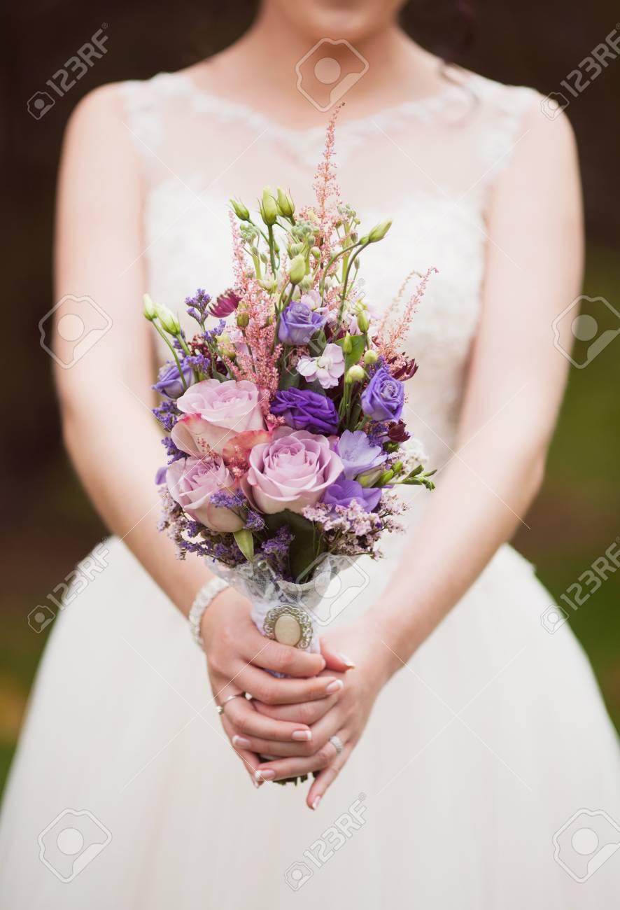 Blaue Und Weisse Hochzeitsstrauss In Der Hand Der Braut Lizenzfreie