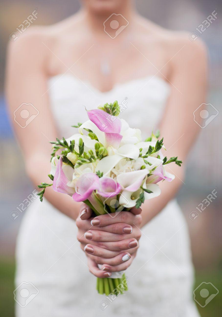 Rosa Und Weissen Brautstrauss Aus Calla Lilien In Den Handen Der Braut