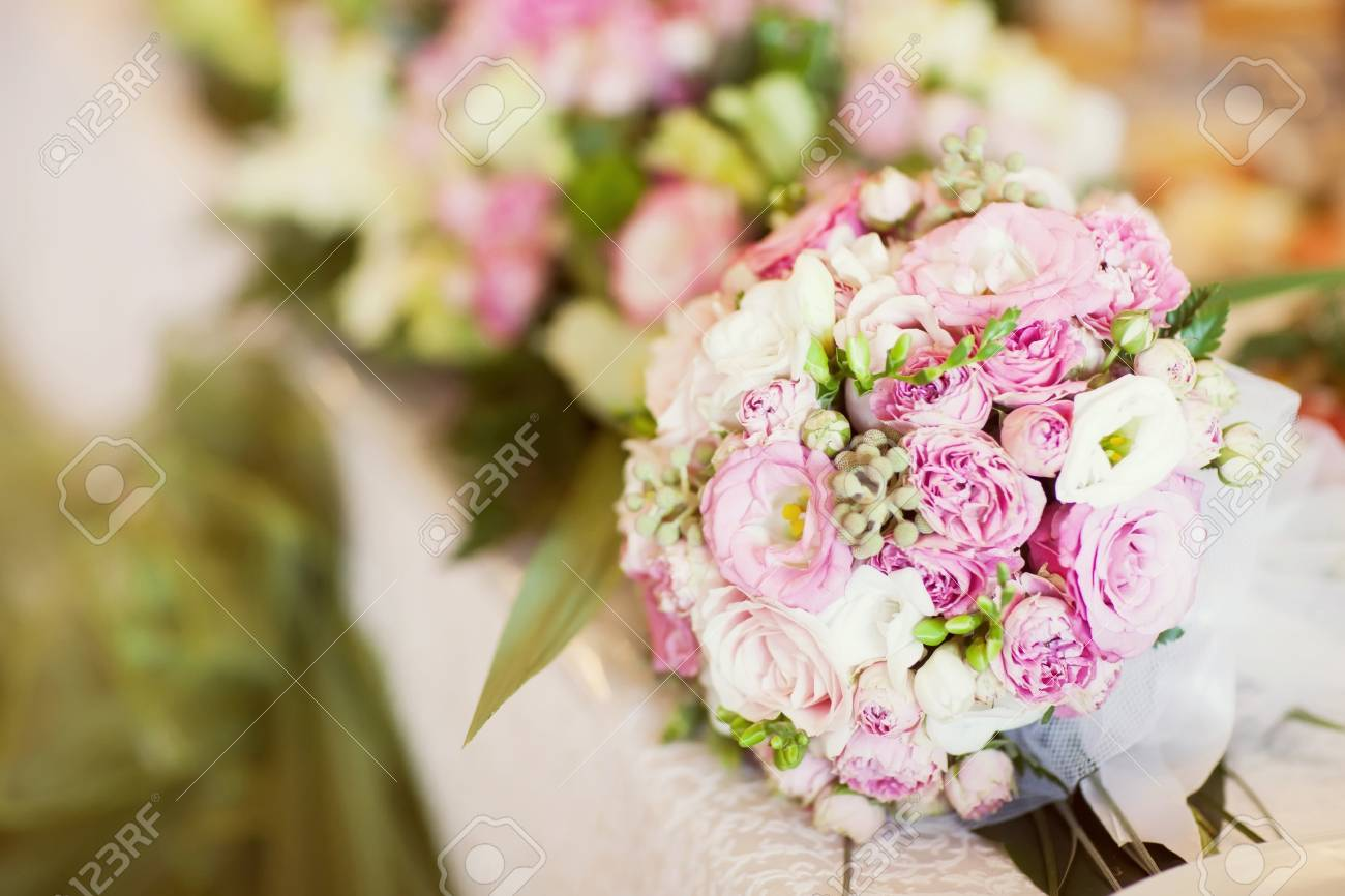 Weiss Und Rosa Hochzeitsstrauss Auf Dem Tisch Lizenzfreie Fotos