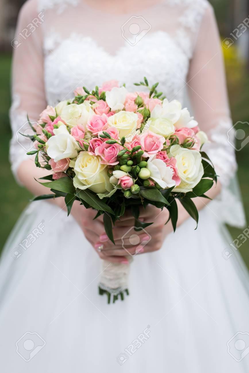 Brautstrauss Mit Weissen Und Rosa Rosen Hochzeit Die Braut Im Weissen