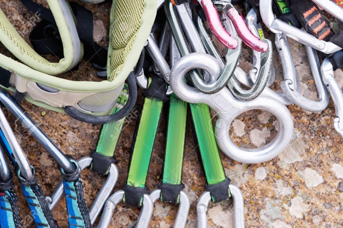 Klettergurt Aus Seil Machen : Kletterausrüstung ein klettergurt und seil neben den