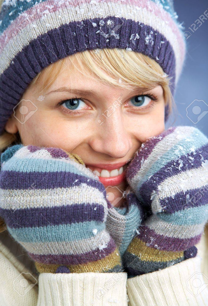 PORTRAIT OF WOMAN WEARING TURTLE NECK, WINTER HAT AND SCARF Stock Photo - 11161452