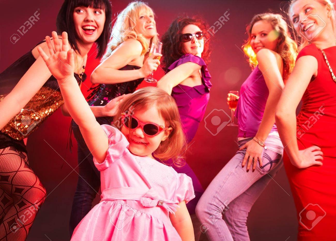 Девушка с большими танцует фото 219-626
