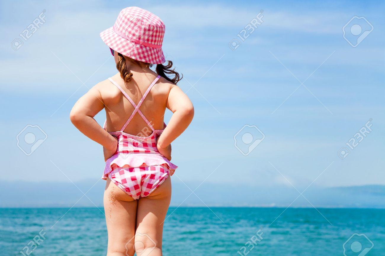 Сиськастая девушка позирует на пляже