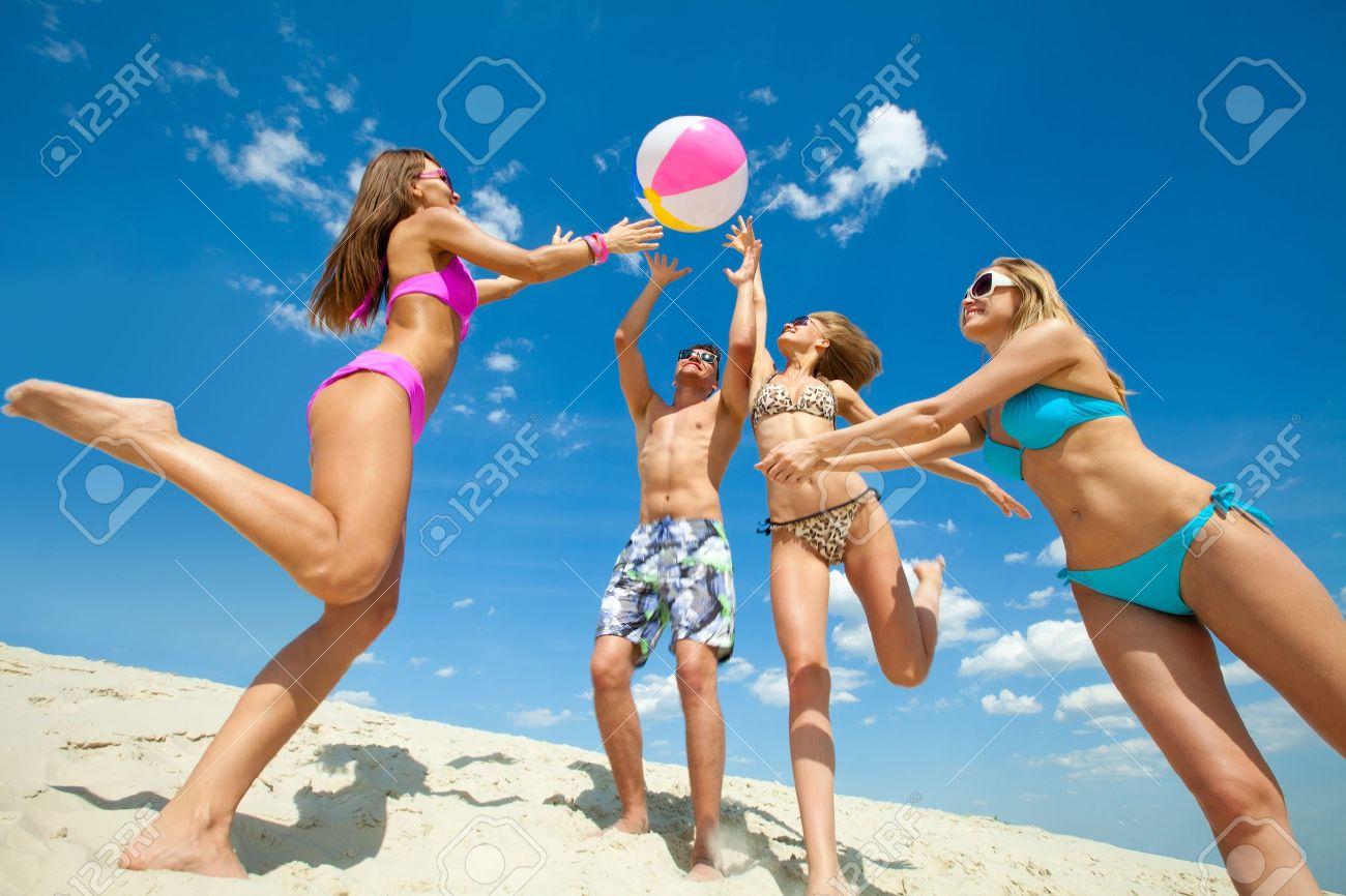 人々 が遊んでいる若い楽しいボールのビーチで ロイヤリティーフリー
