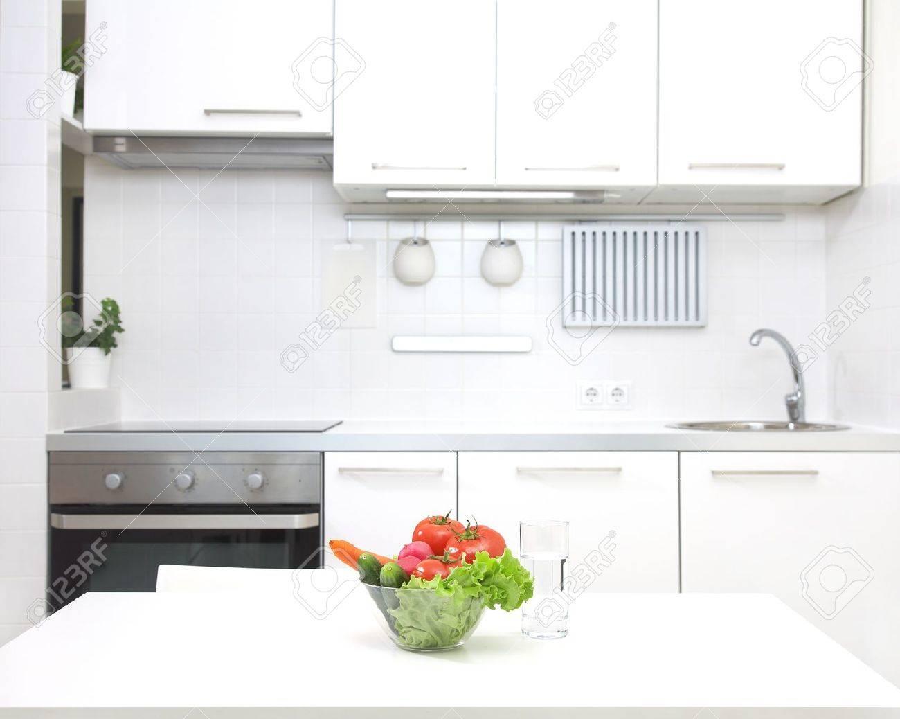 Interior De La Cocina Blanca Pequeña Con Verduras Frescas En La Mesa ...