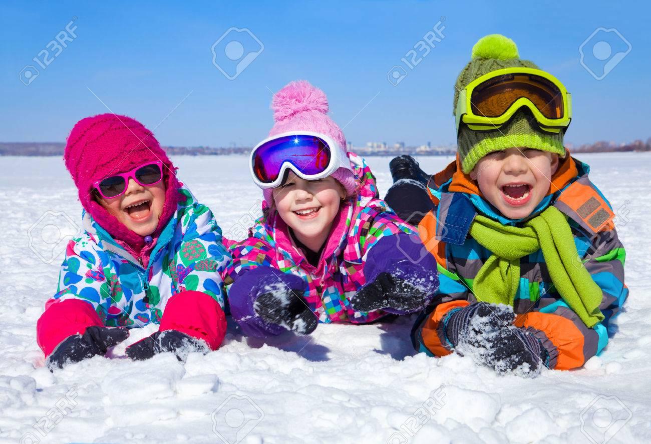 Grupo De Ninos Jugando En La Nieve En Invierno Fotos Retratos