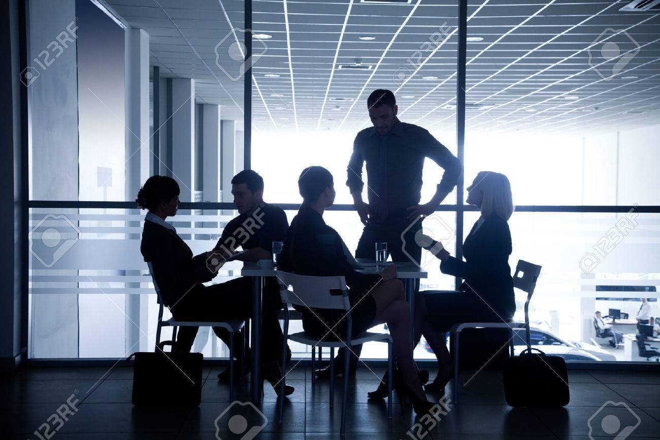 Plusieurs silhouettes de gens d'affaires interagir centre d'affaires de fond Banque d'images - 27439682