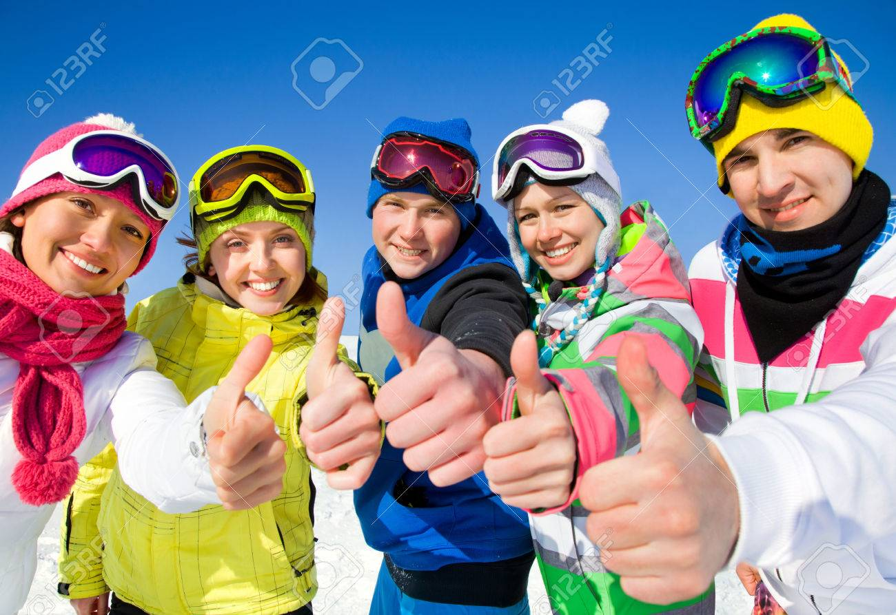Group of young people on ski holiday in mountains Banque d'images - 36626045