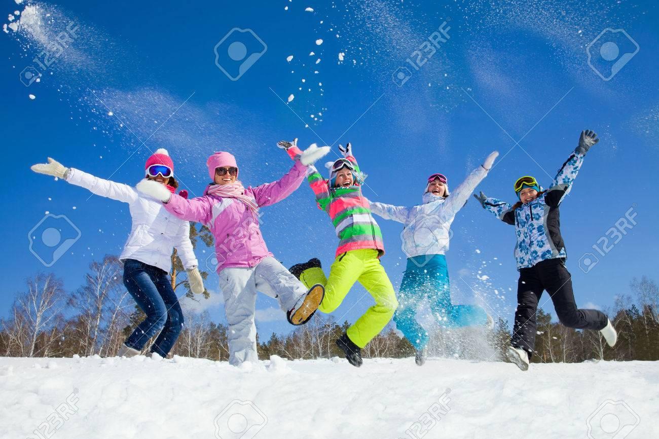 groupe d'amis passer un bon moment dans la station d'hiver Banque d'images - 36651533