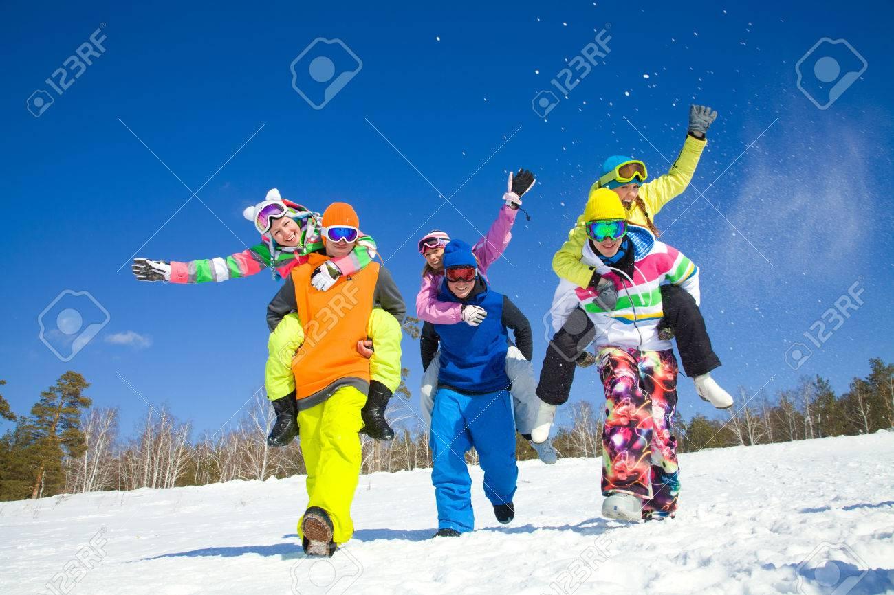 groupe d'amis passer un bon moment dans la station d'hiver Banque d'images - 36651534