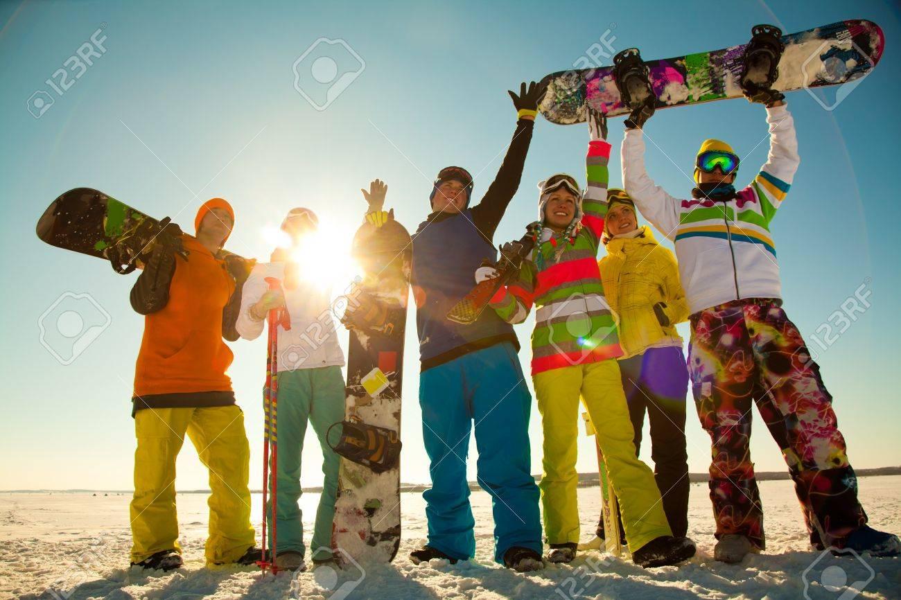 Groupe de jeunes avec le snowboard en vacances de ski dans les montagnes Banque d'images - 36651536