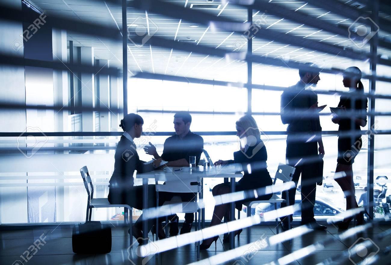 Plusieurs silhouettes de gens d'affaires qui interagissent dans le bureau Banque d'images - 36651768