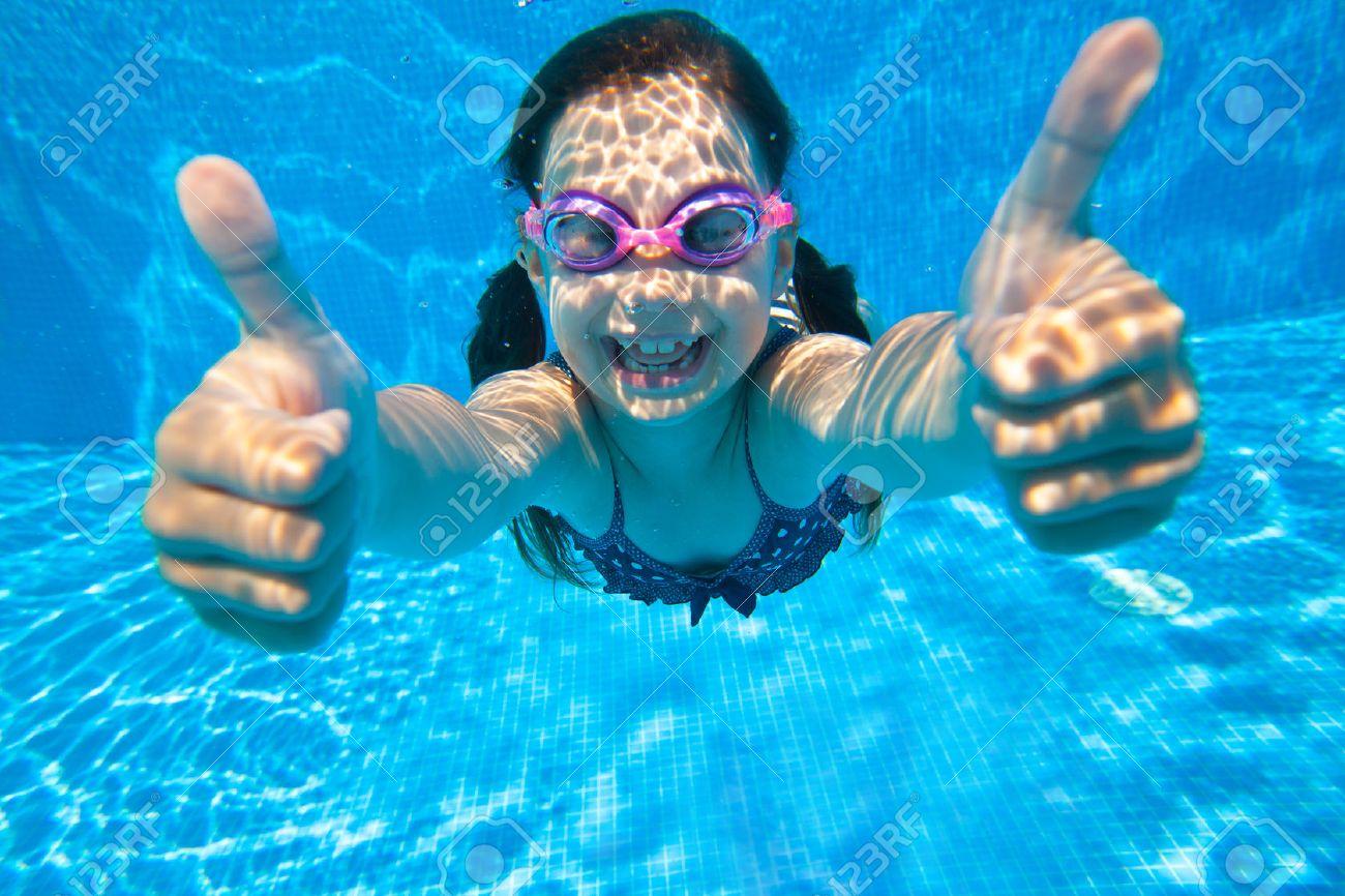 petite fille plonge dans l'eau et montre le geste OK Banque d'images - 45903149
