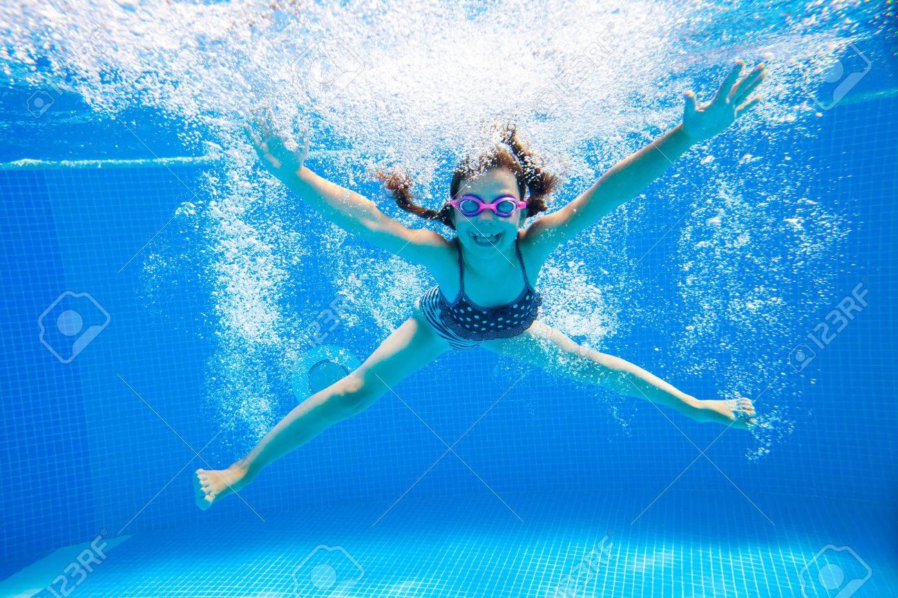 petite fille crée des bulles sous l'eau dans la piscine Banque d'images - 45903151