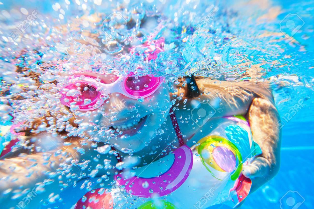 f561c96d9e6346 Meisje Creëert Bellen Onder Water In Het Zwembad Royalty-Vrije Foto ...