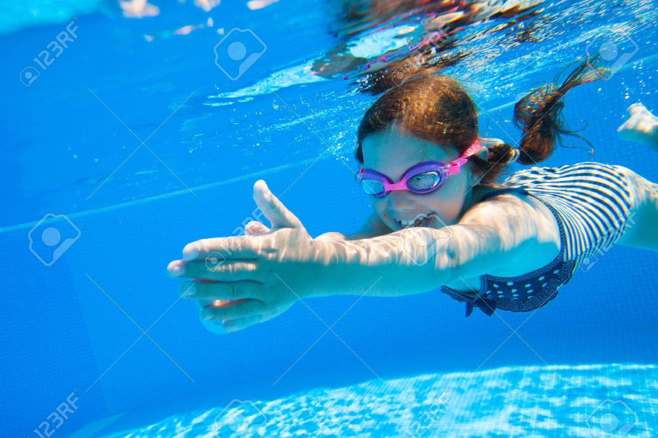 petite fille nager habilement sous-marine dans la piscine Banque d'images - 45903154