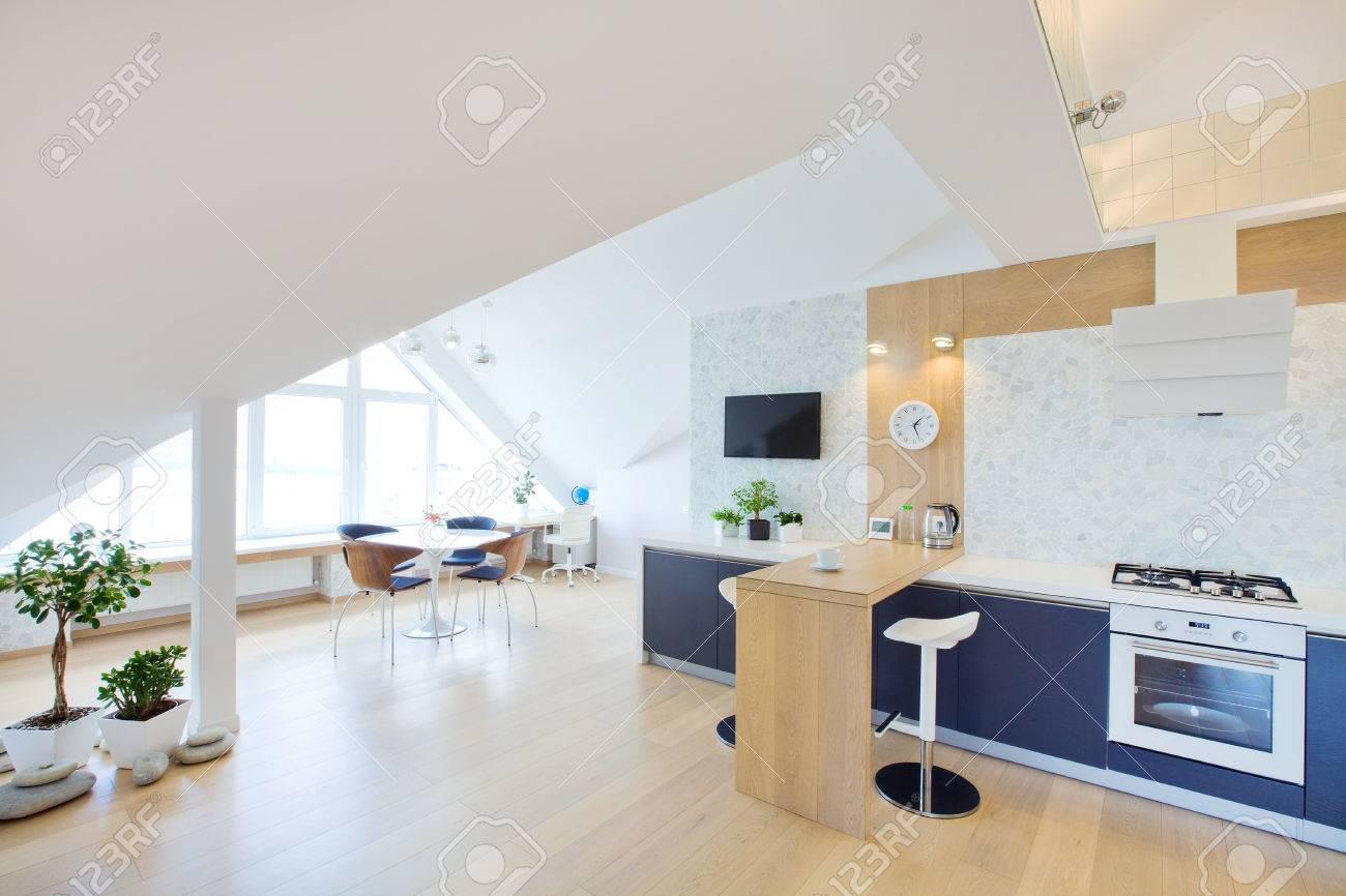 clairage intérieur moderne un grand appartement mansardé banque d