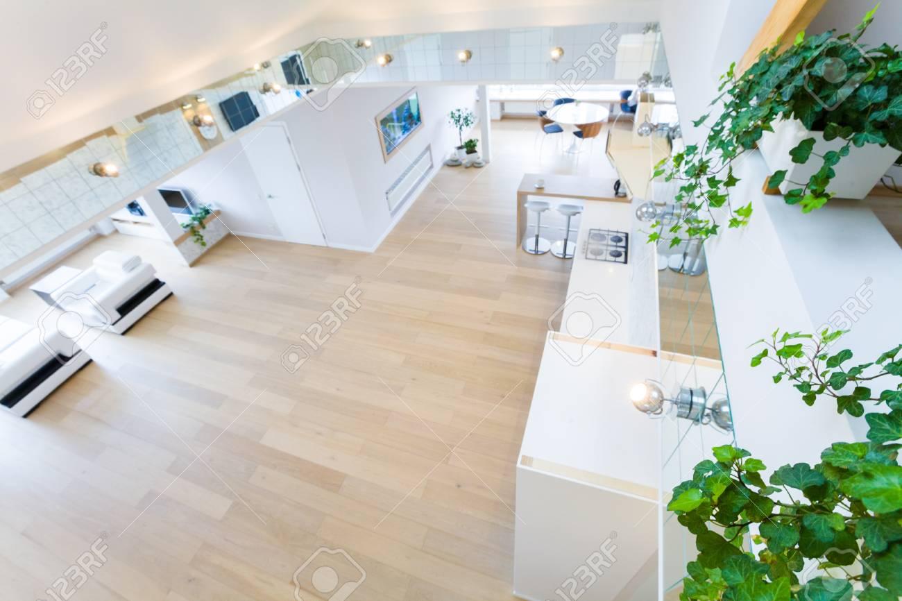 Modernes Interieur Licht Eine Große Wohnung In Mansarde Lizenzfreie ...