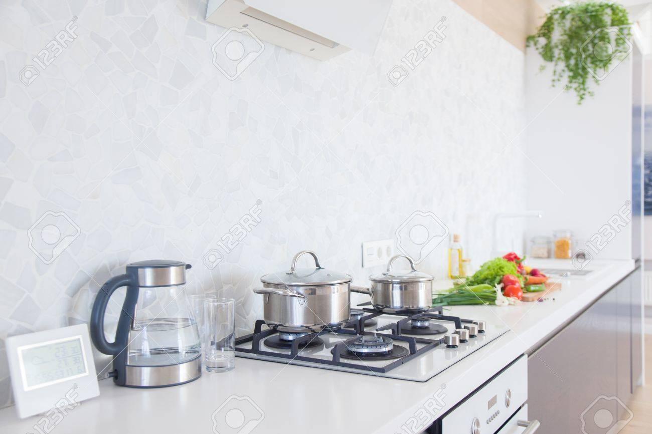 Cuisine Moderne à La Maison Avec Des Ustensiles De Cuisine Banque D ...