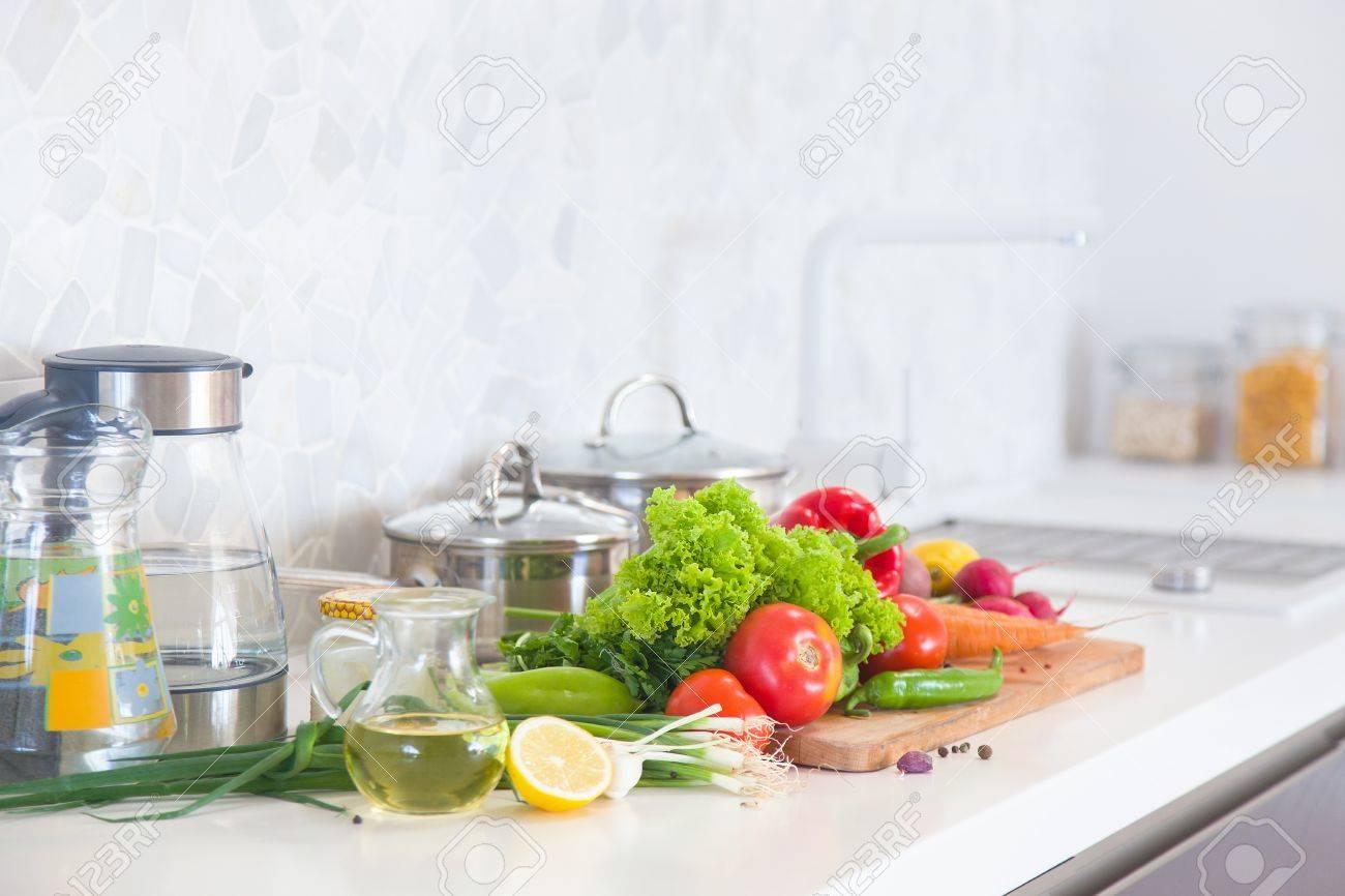 Cuisine moderne à la maison avec des aliments sains