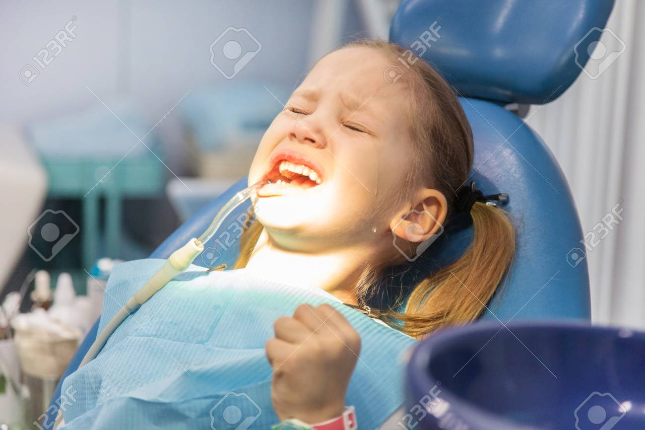 Stupendous Little Girl Suffers Pain And Cries In A Dentists Chair During Beatyapartments Chair Design Images Beatyapartmentscom