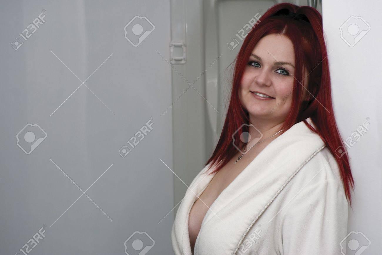 rotes haar frau in weiß modell bademantel stand im badezimmer, Hause ideen