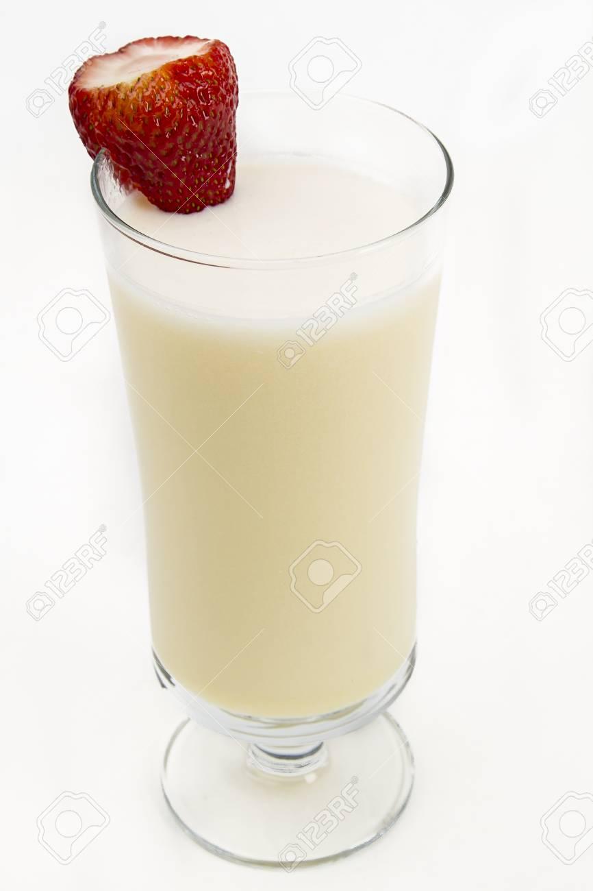 Vanille Milk Shake Avec Une Fraise Sur Le Côté Sur Un Fond Blanc