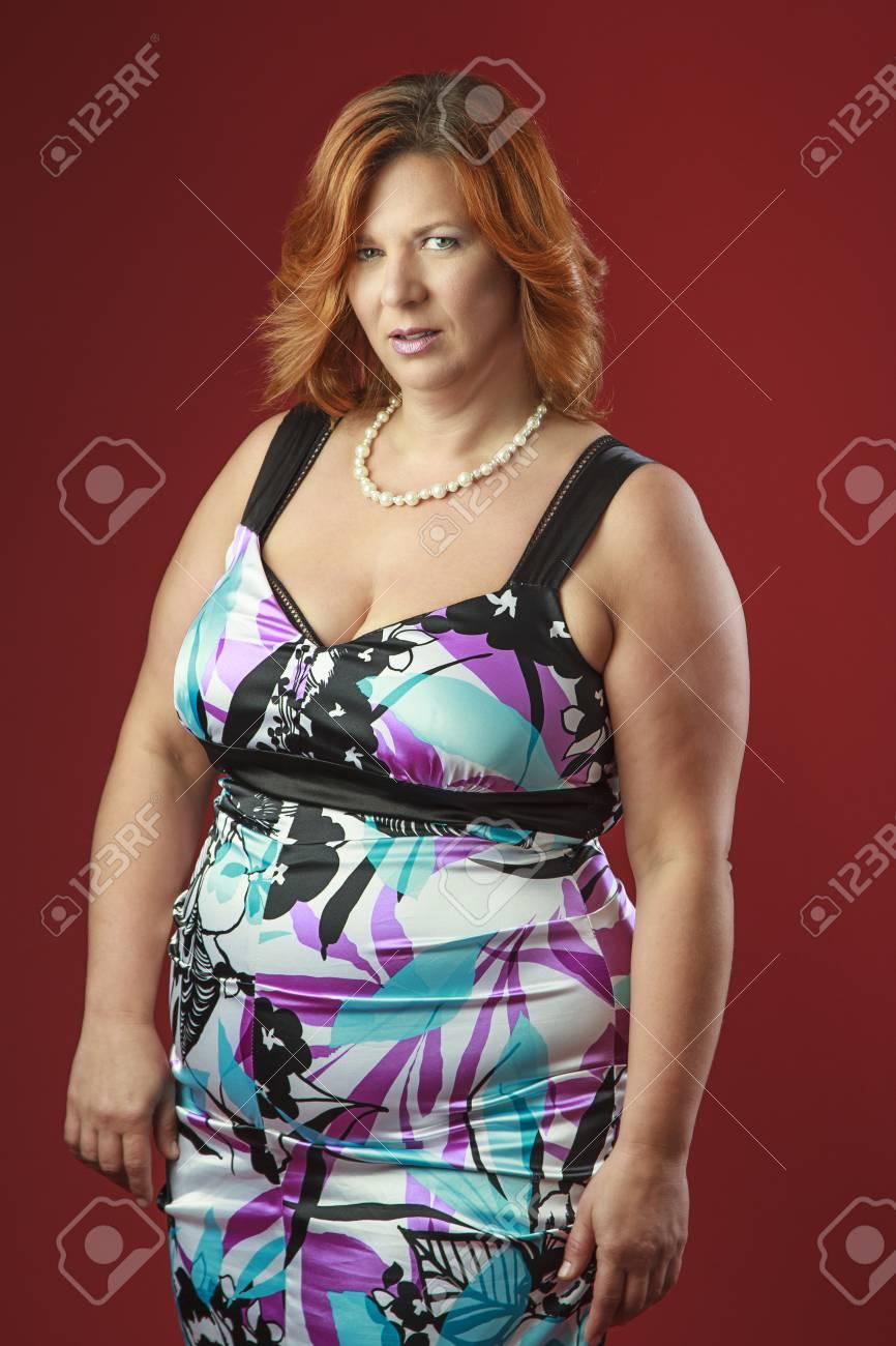 Frau In Ihrem Fortie, Einen Bunten Cocktail-Kleid, Vor Einem Roten ...