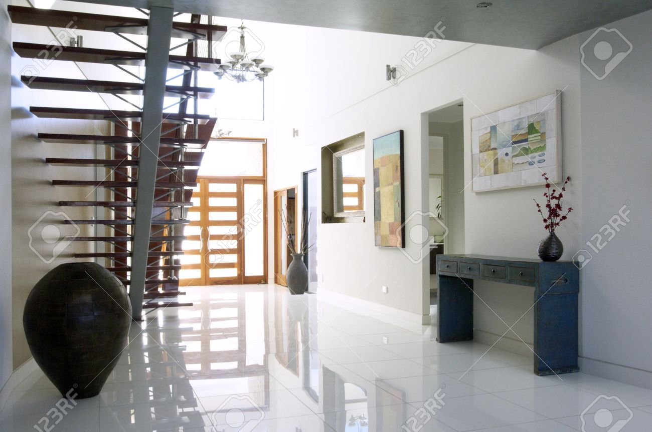 Escalier Et L\'entrée D\'une Maison De Luxe Moderne Banque D\'Images Et ...