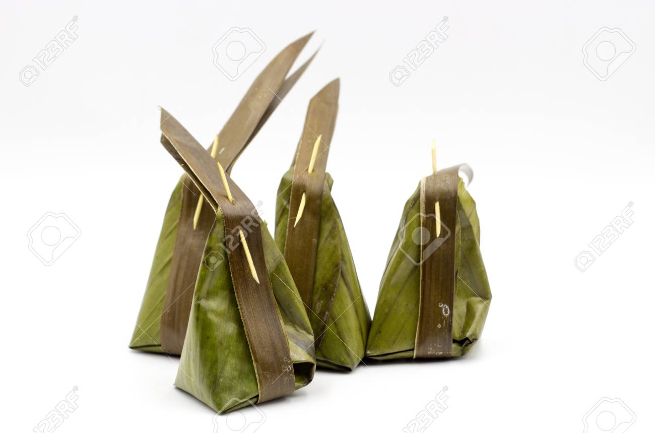 Vieux emballages de groupe traditionnel Thai dessert à l\'intérieur des  feuilles de bananier sur fond blanc et une copie de l\'espace