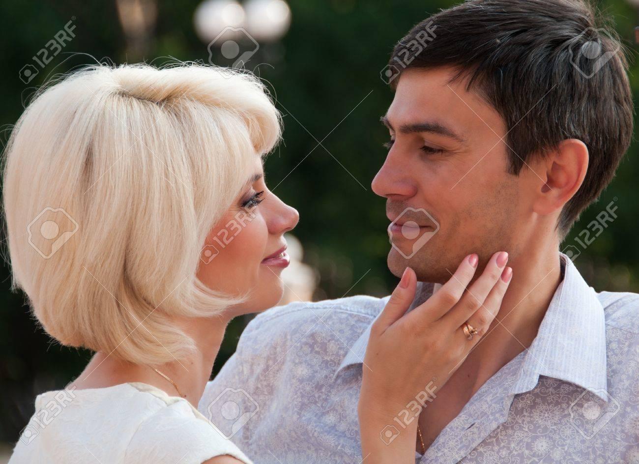 Hermosa pareja, un hombre de una mujer acariciando Foto de archivo - 12883463