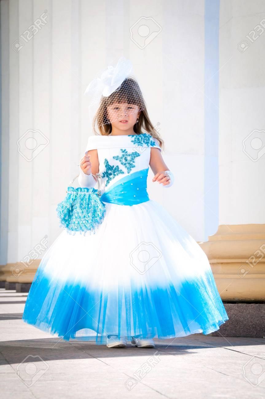 Kleine Braut. Ein Mädchen In Einem üppigen Weißen Und Blauen ...