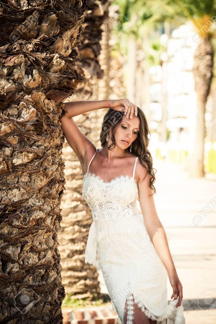 e9c248060247 Archivio Fotografico - Sposa in un bellissimo abito da sposa matrimonio
