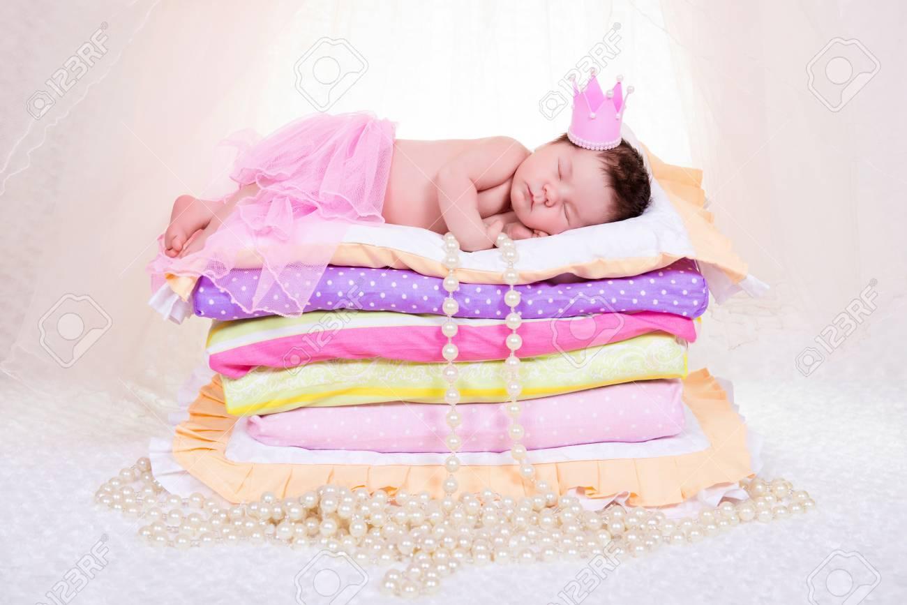 Prinzessin auf der erbse bett  Neugeborenes Baby In Einer Krone Auf Dem Bett Schläft Von Matratzen ...