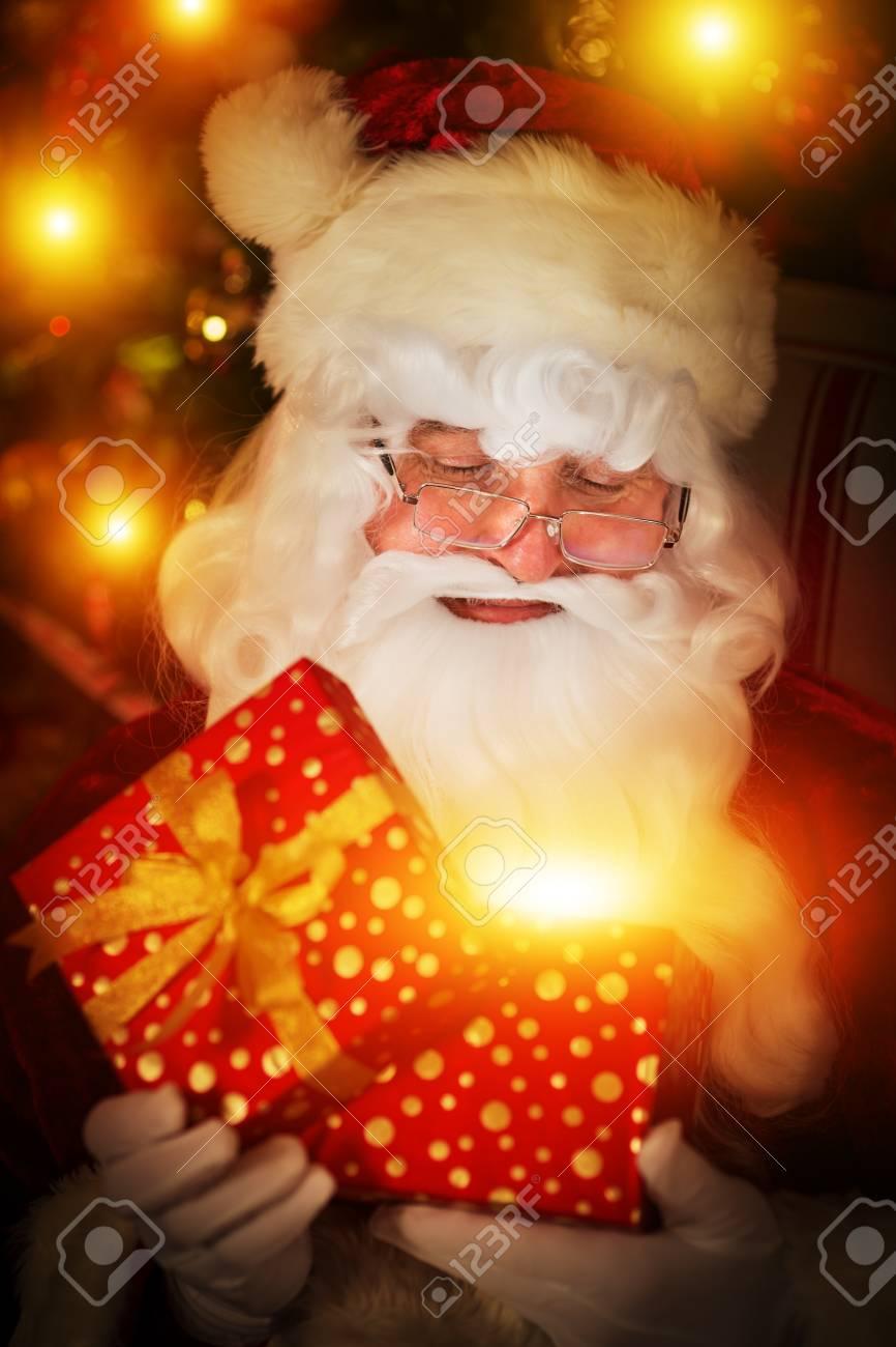 Santa Claus Eröffnung Geschenk-Box. Weihnachten Urlaub-Konzept ...