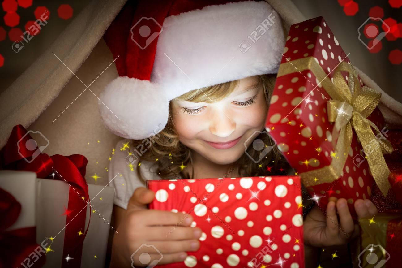 Kind Hält Weihnachtsgeschenk. Weihnachten Urlaub Konzept Lizenzfreie ...