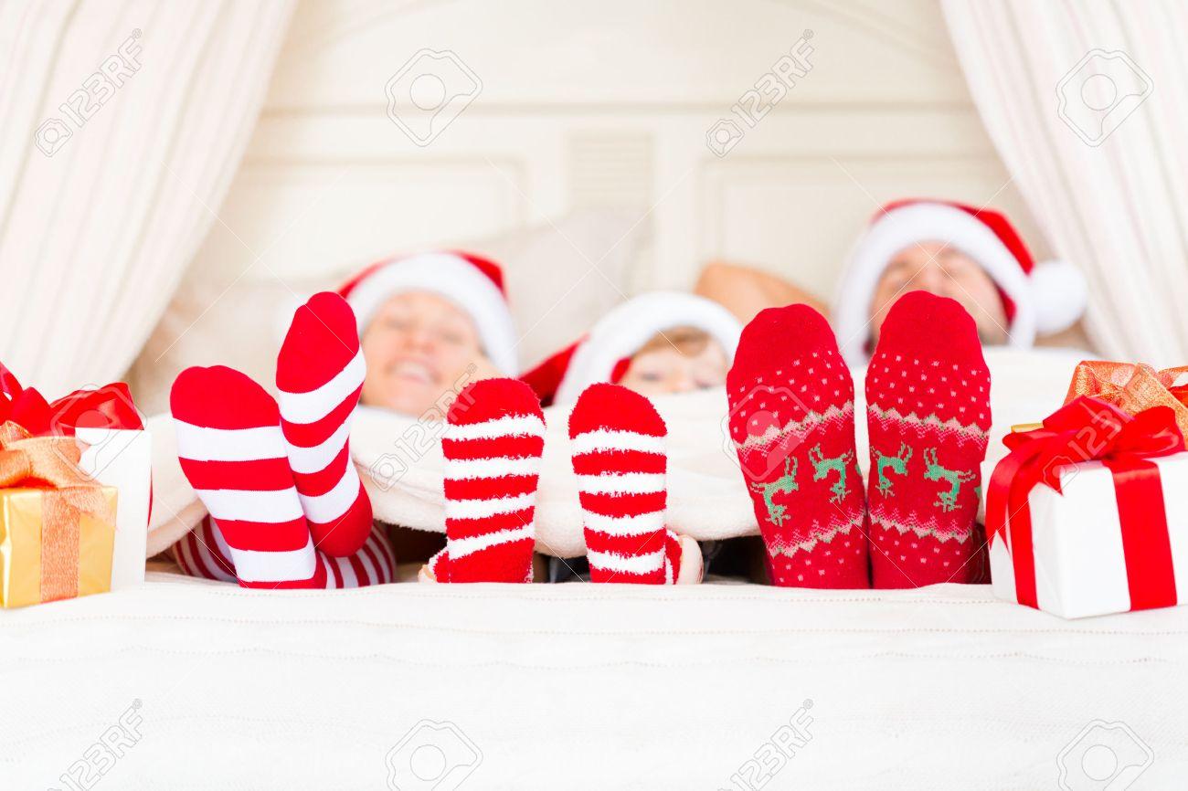 Glückliche Familie Mit Weihnachtsgeschenk. Weihnachten Urlaub ...