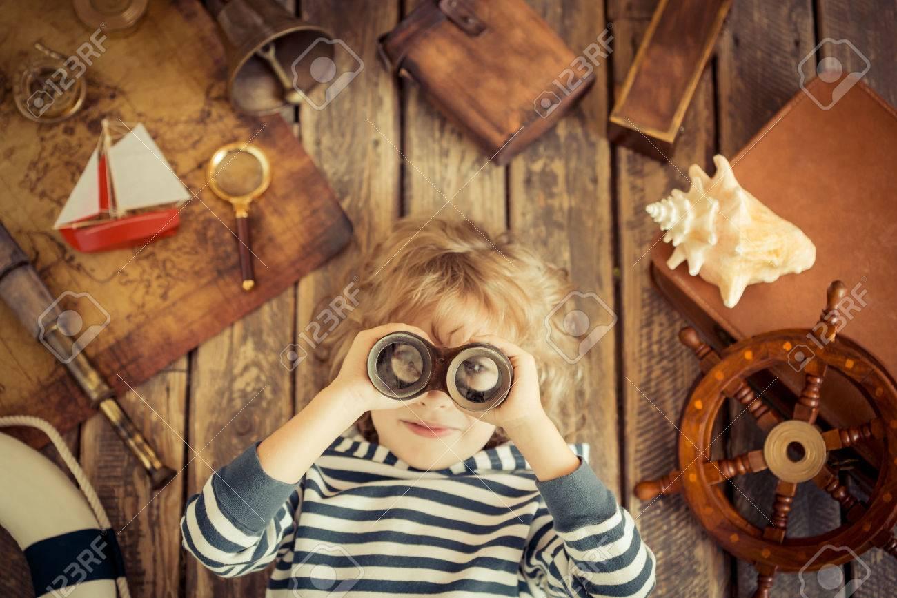 Glückliches Kind Spielt Mit Nautischen Dinge. Kind, Das Spaß Zu ...